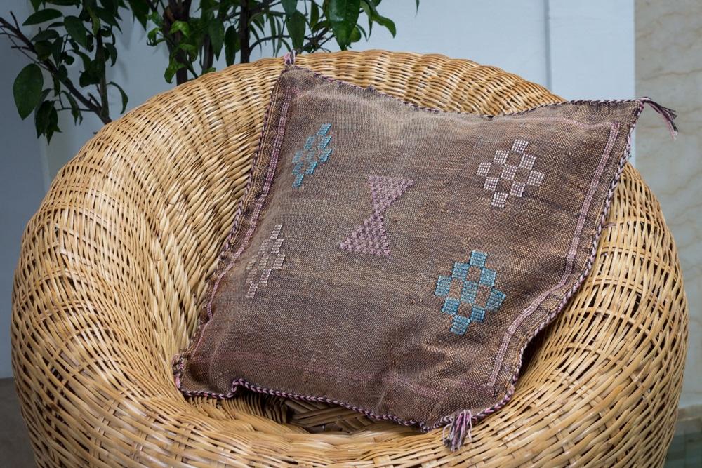 coussin housse de coussin sabra en soie vegetale de cactus vegetal du maroc tissee a la main par nos artisans