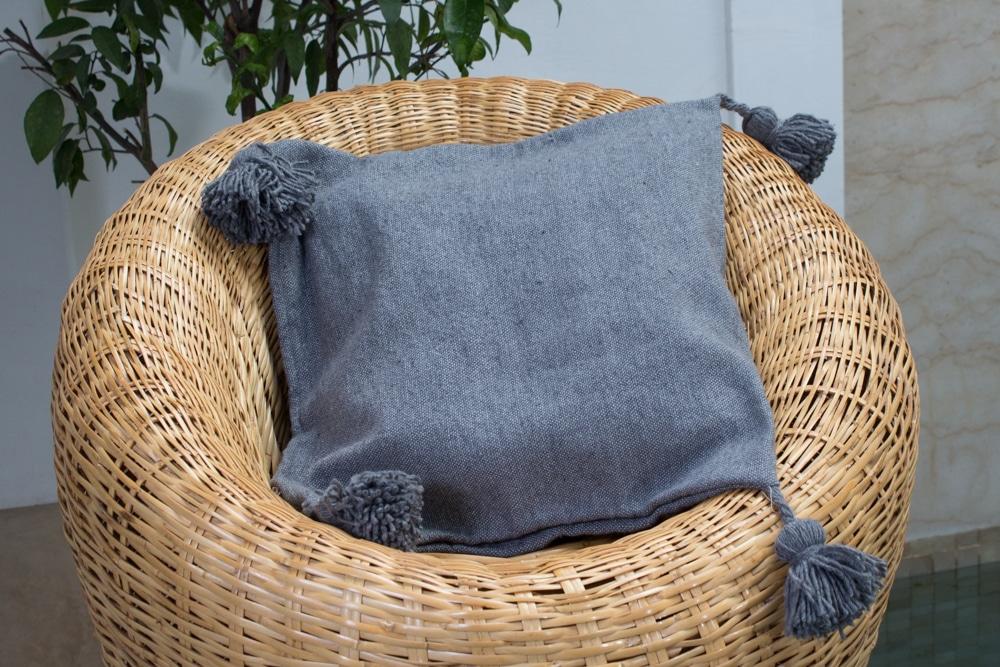 coussin avec pompons housse de coussin en coton et laine tissee a la main au maroc par nos artisans