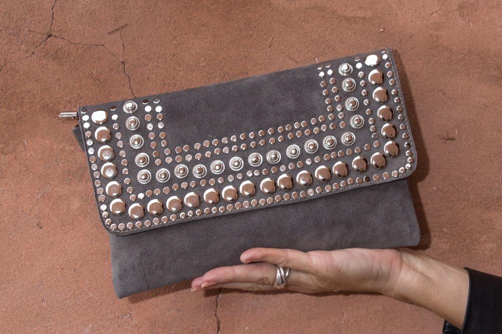 sac à main femme pochette en cuir et daim fait à la main par nos artisans au maroc avec cloutage rock fait à la main marque flo and jouls flo&jouls